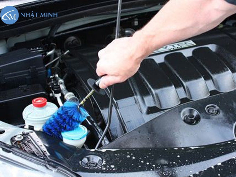 Rửa lại khoang máy xe ô tô bằng chổi cọ mềm